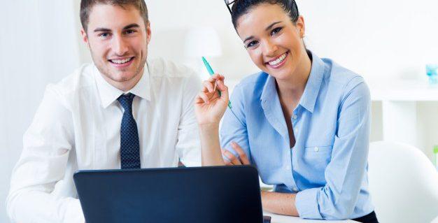 gente-negocios-trabajando-oficina-ordenador-portatil_1301-6659